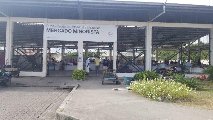 CONDICIONES. Vendedores informales y formales fueron ingresados al mercado minorista del Puerto Pesquero Artesanal.