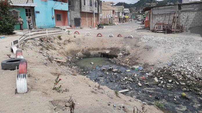 CRIADEROS. En Bellavista Norte, zona baja de la ciudad de Esmeraldas, una de las descargas residuales genera malestar y un foco de reproducción para los vectores.