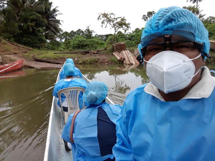 TRAVESÍA. El personal de salud debe viajar entre 4 y 10 horas en lancha para llegar a las comunidades chachi, en el norte de la provincia de Esmeraldas.