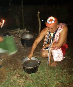PURIFICACIÓN. Javier Aguavil, presidente de la Conaice, prepara los baños calientes para evitar el contagio.