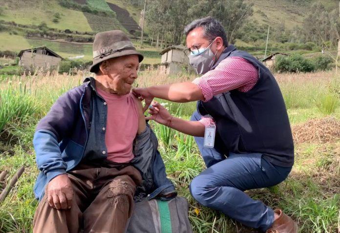 Acciones. En San Fernando, en Ambato, se organizó una brigada de vacunación contra la Covid-19.