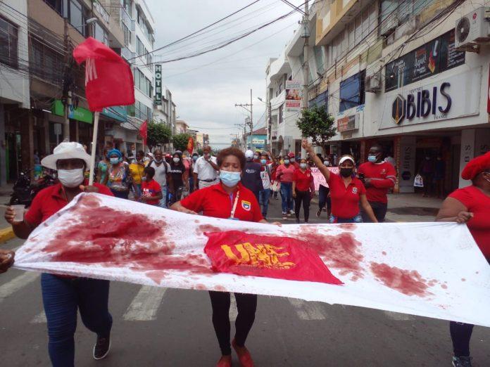 Manifestación. Los docentes de la provincia de Esmeraldas se concentraron en los exteriores de la UNE para exigir al gobierno el cumplimiento de sus solicitudes.
