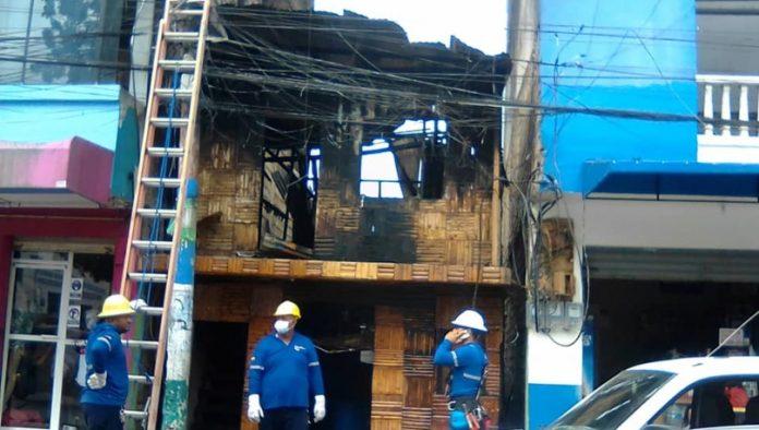 INCENDIO. Incendio consumió bar en Atacames, otra vivienda y un edificio también resultaron afectados.