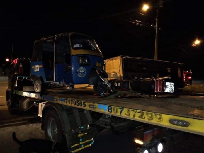 TRAGEDIA. Un motociclista murió en un choque frontal contra un tricimoto. Ocurrió la noche del viernes en la parroquia La Unión de Quinindé.