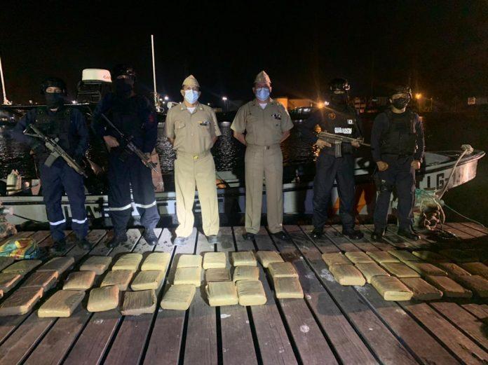 DECOMISO. 57 bloques de droga fueron decomisados en altamar tras una persecución que se extendió hasta la playa de Lagarto, cantón Rioverde, de la provincia de Esmeraldas.