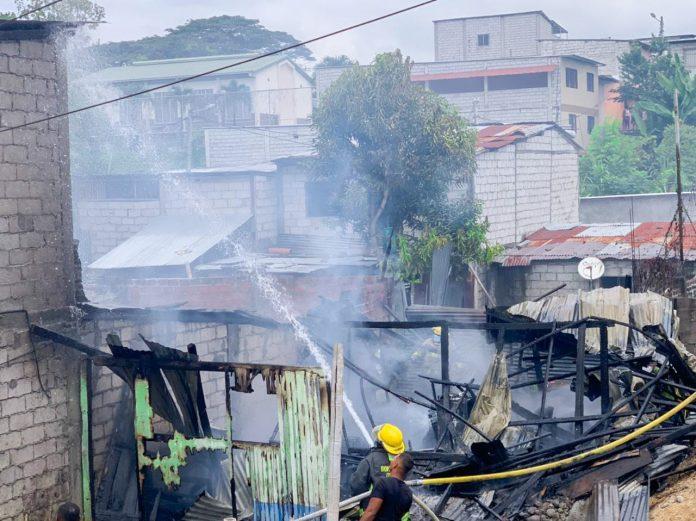 FLAGELO. Las llamas consumieron la vivienda de la familia Alaín Hurtado, en el sector de Propicia 2, al sur del cantón Esmeraldas.
