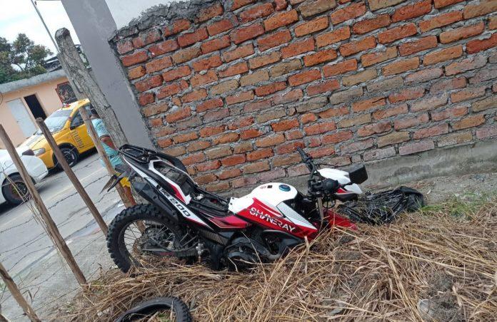 ACCIDENTE. Jeyko Hernández, de 25 años, quien viajaba en una motocicleta resultó gravemente herido tras impactarse contra un auto.