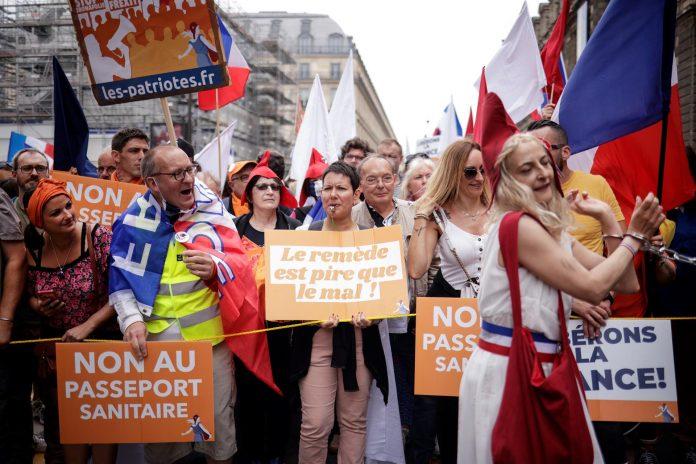 PROTESTAS. Miles de franceses salieron a las calles el sábado contra la obligatoriedad del certificado de vacunación.