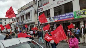 EXIGENCIAS. Antes de instalar a tres personas en la huelga de hambre, marcharon por las calles del centro de Ibarra.