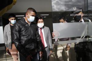 PROCESO. Jorge Yunda abandonó el Complejo Judicial del Norte. Al salir se encontró con un grupo de ciudadanos que apoyaban su salida.