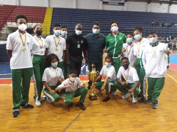 LOGRO. Esmeraldeños que participaron en la disciplina de taekwondo en Ibarra fueron los ganadores del primer lugar con 11 medallas y un trofeo en el Primer Campeonato Nacional de Novato 2021.