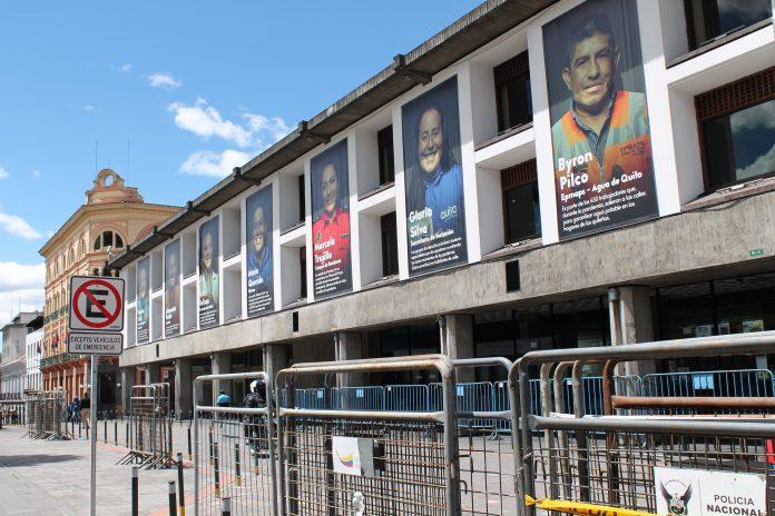 CASCO COLONIAL. El Municipio capitalino amaneció resguardado y con vallas, para impedir que manifestantes se acerquen al edificio.