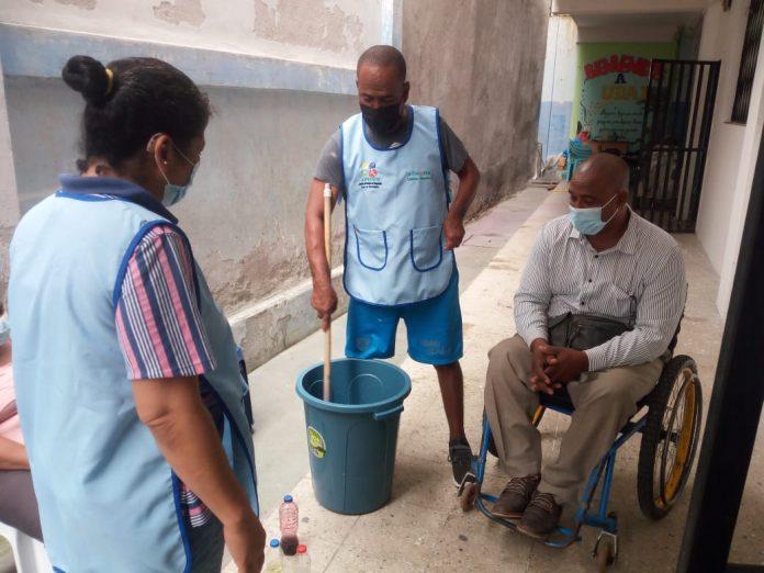 ESFUERZO. Un grupo de personas con discapacidad se reúne para emprender en la elaboración de productos de limpieza.