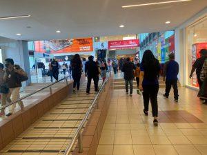 AGLOMERACIONES. En los centros comerciales no se respeta el distanciamiento, ni las flechas en el piso.