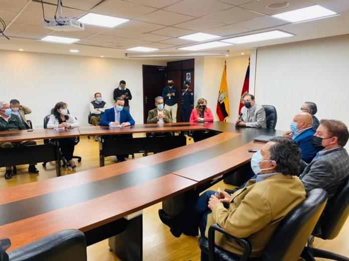 CONCEJO. Luz Elena Coloma (d.), eventual candidata, dice que el puesto debe ocuparlo alguien de confianza del Alcalde.