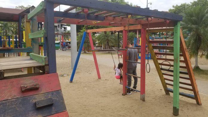 DESTRUCCIÓN. Los juegos del parque Infantil lucen deteriorados, lo que pone en riesgo la seguridad de los niños y niñas.