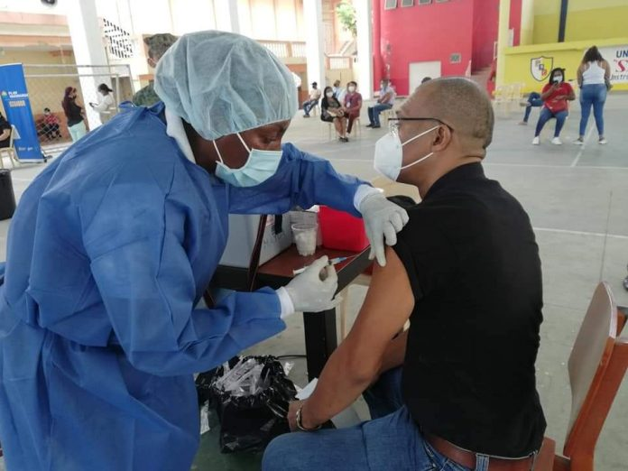 INMUNIZANTE. Los educadores de Esmeraldas, Imbabura, Carchi, Sucumbíos están completando la dosis de la vacuna.