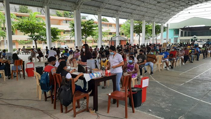 VACUNACIÓN. Largas filas y aglomeraciones se registraron en el último día de vacunación con la primera dosis en Esmeraldas. Desde mañana inicia una nueva estrategia.