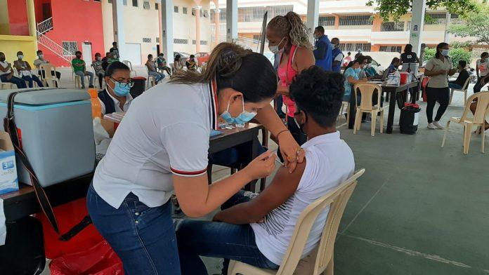 AFLUENCIA. Masiva llegada de esmeraldeños a los puntos de vacunación en Esmeraldas por el arribo de vacunas Sinovac.