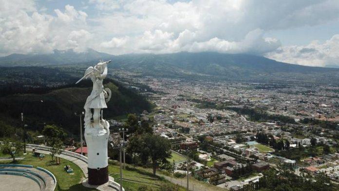 Sitio. Desde la cima de una colina, en el barrio Priorato, San Miguel custodia Ibarra.