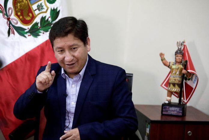 El expremier peruano anunció que enjuiciaría por injurias a su denunciante, pero luego se retractó y dijo que se defenderá de los cargos.