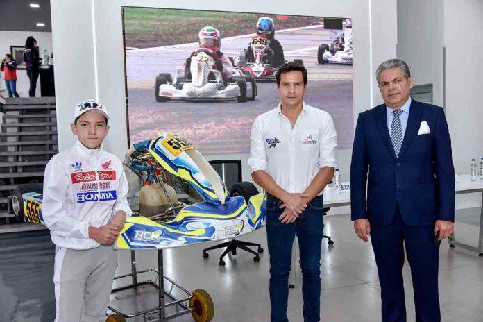 Francisco Paredes, piloto de la categoría Mini Rok; Juan José Rivera, director de Kartódromo Cotopaxi y Marcelo Ron, presidente Fedak.