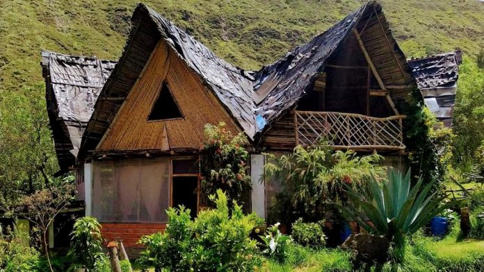 Las casas o cuchihuasis están hechas a base de material reciclado.