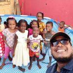 Iván Hernández en una tarde recreativa con los niños de su sector.