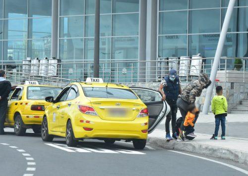 Decenas de personas buscan trasladarse a la terminal sur.