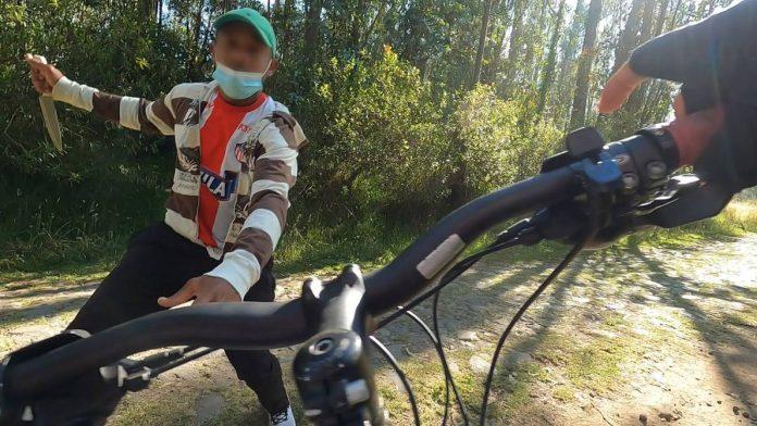 HECHO. Ciclista graba con su cámara el momento en que le intentan asaltarle. Foto tomada de la cuenta de twiter @ssalgadotroya.