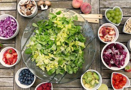Consumir alimentos saludables puede ayudar a disminuir el riesgo de enfermedad cardíaca.