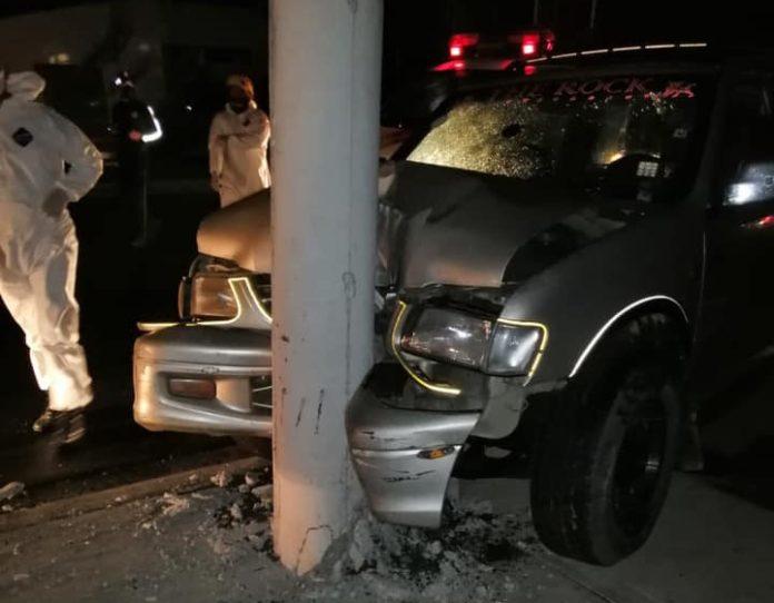 Camioneta choca contra poste en Babahoyo