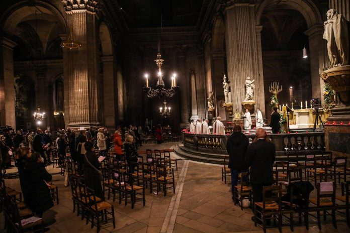 Feligreses de Francia piden la renuncia masiva de obispos