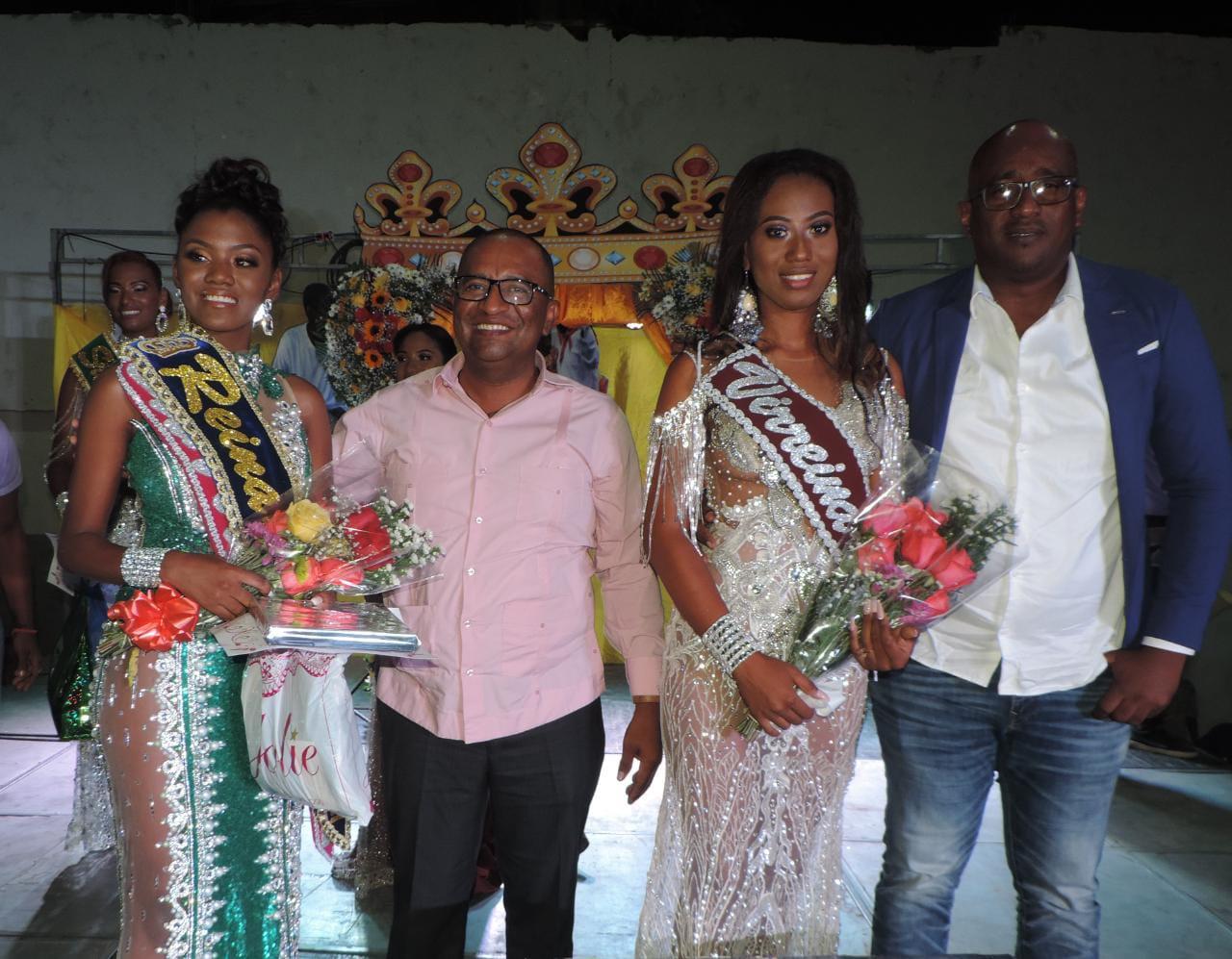 Lady Quiñónez, Reina de la parroquia Valdez 2021; David Rosero Castillo, alcalde del cantón Eloy Alfaro; Luisa García, y Adolfo Angulo, concejal.