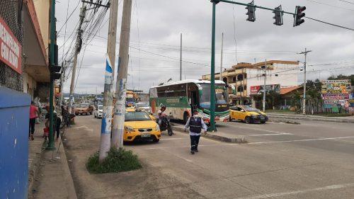 OBSTÁCULO. 15 postes ubicados a largo de una calle en el sur de la ciudad de Esmeraldas continúan sin ser reubicados con el peligro de accidentes de tránsito.
