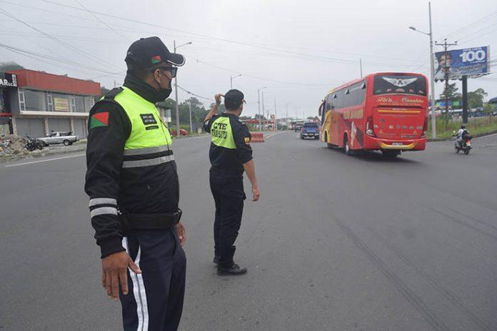 TRABAJO. Agentes de tránsito municipal y de la CTE controlan el tránsito vehicular en los baipases.