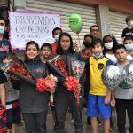 RECIBIMIENTO. Familiares y amigos les brindaron un cálido recibimiento a las deportistas